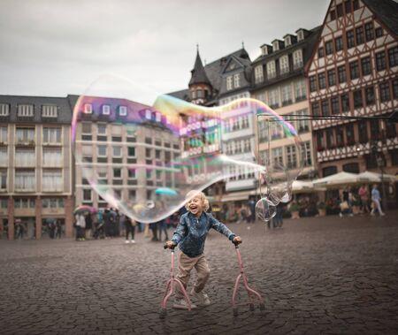 Disabled children know how to enjoy life. 版權商用圖片 - 131333683