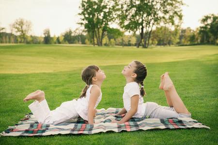 Meisje doet oefening buitenshuis. Familie gezonde levensstijl concept.