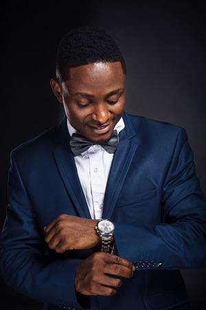 traje formal: Exitoso hombre de negocios del afroamericano en el fondo negro