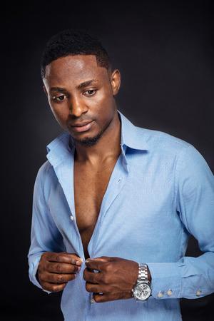 Knap African American stijlvolle man op een zwarte achtergrond