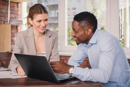 junge nackte frau: Unternehmer und Unternehmerin, die Sitzung im Büro. Junge Geschäftsleute, die etwas, während Sie auf dem Computer-Monitor zusammen