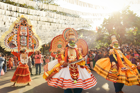 enero: Kochi, India - 1 de enero, 2016: La danza tradicional de Kathakali en el Año Nuevo Carnaval en Fort Kochi Cochin, Kerala, India.