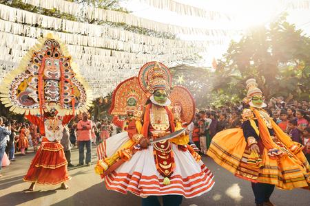 january: Kochi, India - 1 de enero, 2016: La danza tradicional de Kathakali en el A�o Nuevo Carnaval en Fort Kochi Cochin, Kerala, India.