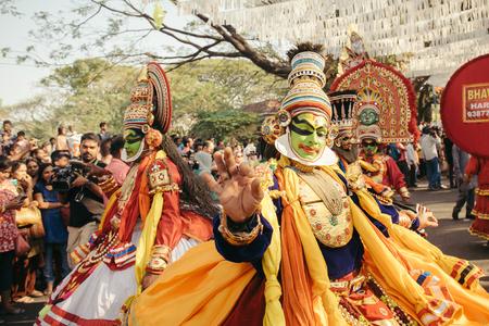 carnival: Kochi, India - 1 de enero, 2016: La danza tradicional de Kathakali en el Año Nuevo Carnaval en Fort Kochi Cochin, Kerala, India.