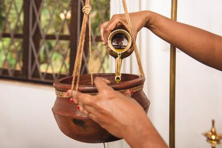 Ayurveda Shirodhara behandeling in India