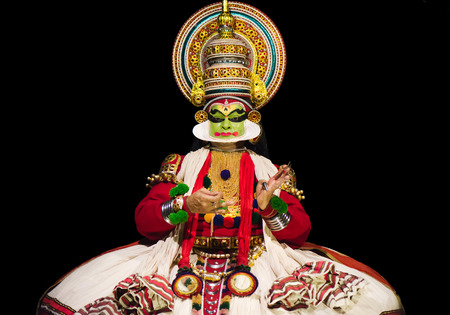 "Cochin, India - 23 januari 2016: Kathakali prestaties in Cochin Cultural Centre. Indian Kathakali danser, Kerala, Fort Kochi. Kathakali is een van de oudste klassieke dans vormen van Kerala en zogenaamde ""Ramanattam""."