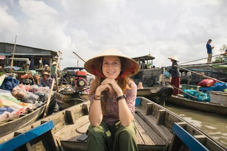 Vrouw toeristische rijden op een boot op Cai Rang drijvende markt in Can Tho, Vietnam