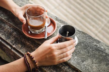 De traditionele methode van het maken van Vietnamese koffie. Hoi An, Vietnam