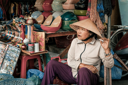 non la: Hoi An, Vietnam - April 4, 2016: Portrait of Vietnamese woman on market in Hoi An city