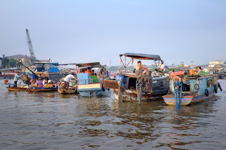 can tho: Can Tho, Vietnam - April 2, 2016: House boat on Cai Rang floating market in the Mekong Delta river. Life of asian people on the water. Vietnam