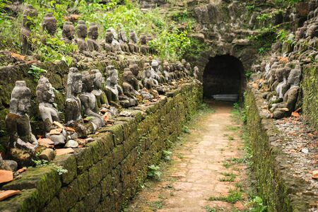 min: Tunnel with ancient ruins of Buddha statues in Kothaung Paya. The temple of the 90,000 Buddhas, built by King Min Dikkha during the years 1554-1556 in Mrauk-U city, Rakhine state, Myanmar Stock Photo