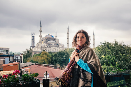 Woman enjoy beautiful view on Sultanahmet Blue Mosque , famous islamic Landmark mosque, Travel to Istanbul, Turkey 版權商用圖片