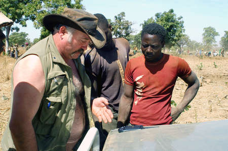 discussed: At the goldmine of Poura a French arrived and seeks to buy gold nuggets at the best price. Discussed are sharp and the cap of the car serves as office. The minors encircles the white man.