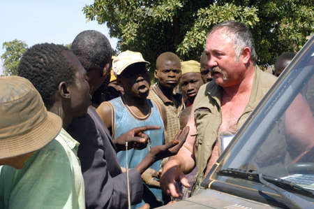 goldmine: At the goldmine of Poura a French arrived and seeks to buy gold nuggets at the best price. Discussed are sharp and the cap of the car serves as office. The minors encircles the white man.