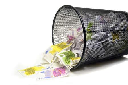 trash basket: Para tirar su dinero con el cubo de la basura por error o ignorancia en el negocio Foto de archivo