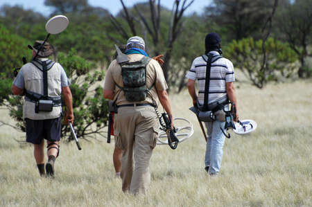 Departure of the gold diggers in the Australian bush to seek gold nuggets with their metal detectors.