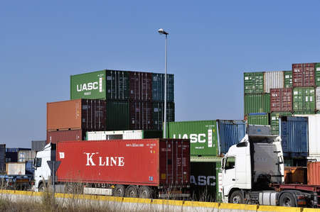 displacement: Displacement of the containers by truck on the port