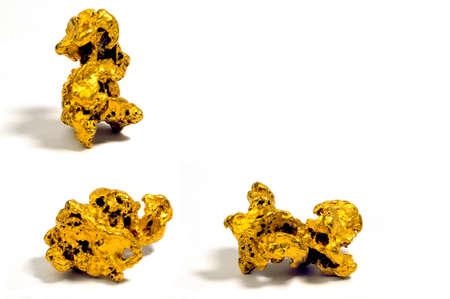 prospector: Pepitas de oro sobre un fondo blanco Foto de archivo