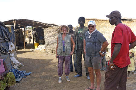 minors: de los buscadores de oro franceses vinieron a visitar una mina de oro de salvaje Burkina Faso ante la mirada suspicaz de los menores