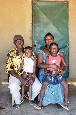 ワガドゥグーの彼の家の外のアフリカの家族の肖像画