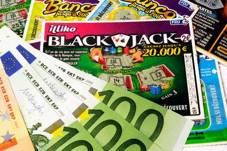 sumas: Raspado franc�s juego con el que los jugadores esperan ganar grandes sumas de dinero para una peque�a abajo Editorial