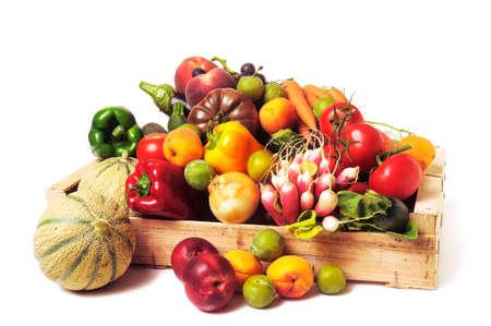 obst und gem�se: Kisten mit Obst und Gem�se auf wei�em Hintergrund im Studio