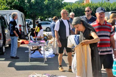 Flea Anduze ogni Domenica mattina tutto l'anno dove i turisti e gente del posto si incontrano per comprare o vendere. Archivio Fotografico - 31186853