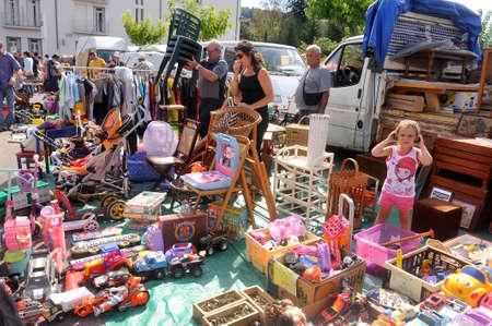 Floh Anduze jeden Sonntagmorgen während des ganzen Jahres, wo Touristen und Einheimische zu treffen, um zu kaufen oder zu verkaufen. Standard-Bild - 31186897