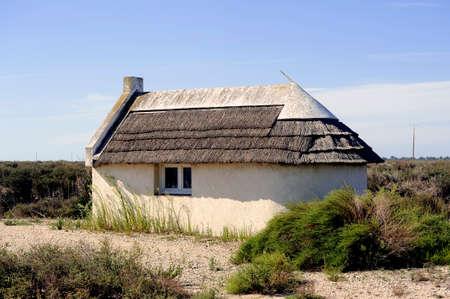 Maison traditionnelle de Camargue qui a servi à la fois de logement pour Gardians guardaient quand leurs troupeaux de taureaux. Banque d'images - 31473039