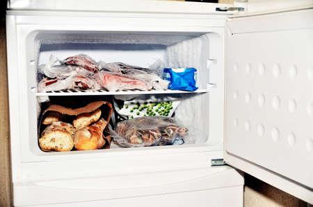 Zamrażarka lodówki zawierające mięso mrożone warzywa oraz pieczywo Zdjęcie Seryjne
