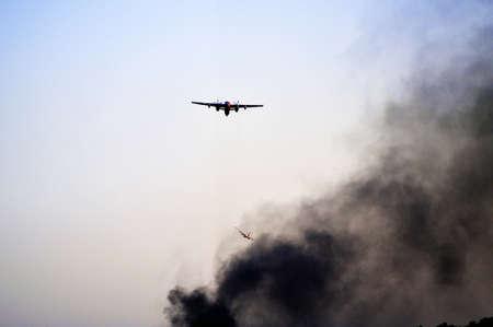 Tracker water bommenwerper in de lucht in het zuiden van Frankrijk van het blussen van een bosbrand. Stockfoto - 43932906