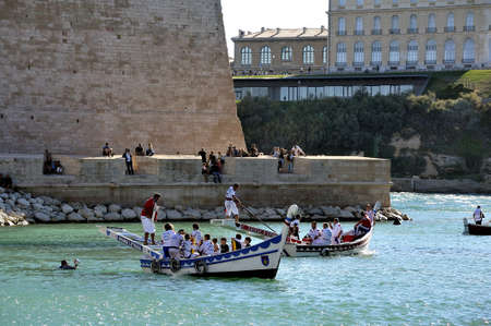 jousting: Jousting on the old port of Marseille to the delight of tourists of all nationalities.