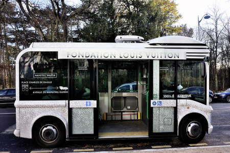 vuitton: electric buses to transport visitors to the Foundation Louis Vuitton Paris all the way to the entrance.