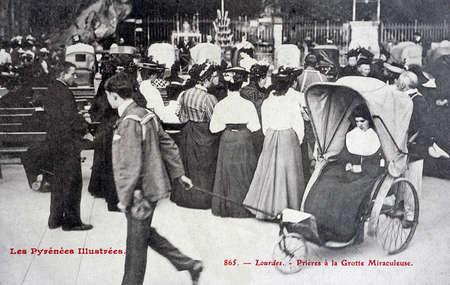 oude ansichtkaart, Lourdes, bid tot de wonderbaarlijke grot Redactioneel