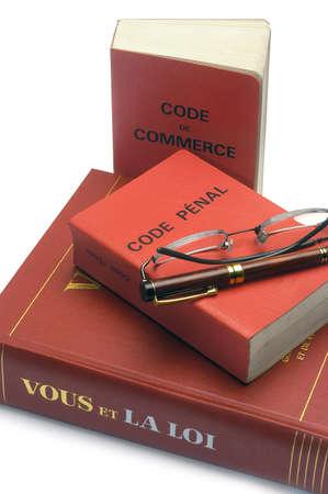 Gesetzbücher und das französische Straf- und Handelsgesetzbuch sind nützlich, um das Gesetz nicht zu ignorieren