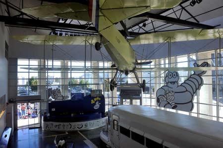 Tweedekkervliegtuig uit 1914, destijds uitgerust met Michelin-banden, tentoongesteld in de hal van het merkmuseum Redactioneel