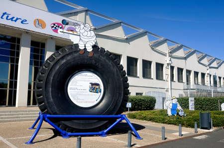 Grote band van mijnmotor tentoongesteld bij de ingang van het Michelin-museum in Clermont-Ferrand