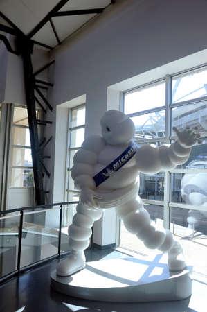Bibendum Michelin-reus tentoongesteld in de inkomhal van het merkmuseum in Clermont-Ferrand