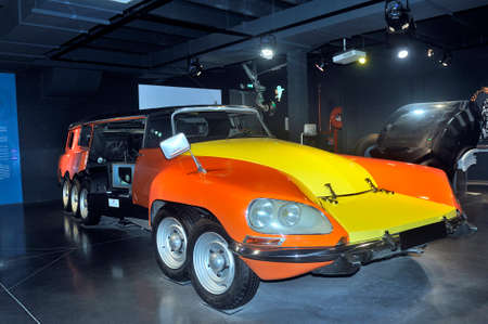 this DS Citroen was used by Michelin as a test laboratory for truck tires at 160 km / h