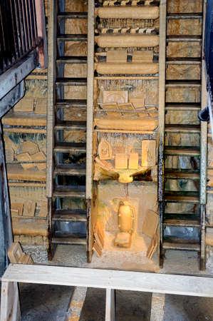 Versteende fontein van Saint-Nectaire of de kunst van kalksteenafzetting door water om artistieke afgietsels te bereiken, het gietproces gedurende enkele maanden