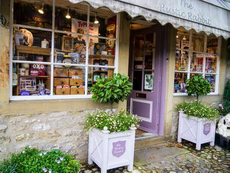 wharfedale: La tienda R�stico regalo Conejo en la calle principal de Grassington Yorkshire Editorial