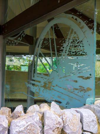 wharfedale: Obras de arte de vidrio con una noria en el aparcamiento de Grassington Yorkshire