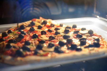 Close Up Pizza Four  Bois Avec Une Flamme Derrire Banque DImages