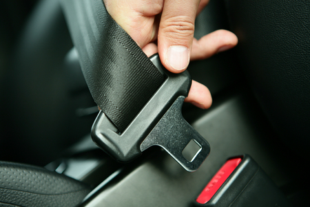 車の中で、seatelt を締結 写真素材 - 71821220