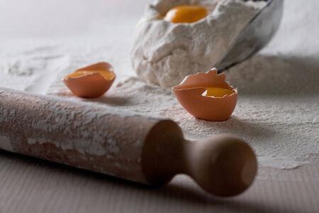 kitchen tools: Deeg ingrediënten, meel, eieren, meel en ei op een grote lepel, keuken gereedschappen in de achtergrond Stockfoto