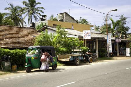 pflanzen: Ein grünes Tuk Tuk vor einem Internetcafe in Hikkaduwa, Sri Lanka