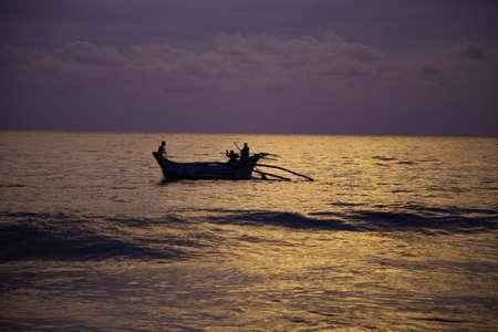 fascinação: Um por do sol surpreendente pelo Oceano Índico em ouro e violeta cores traz grande fascínio