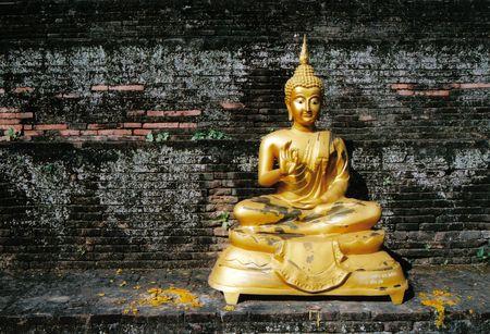 mindfulness: Gouden boeddha standbeeld Stockfoto
