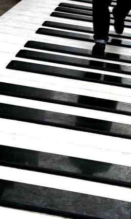 Man Walking in riesigen Klavier Tasten  Lizenzfreie Bilder