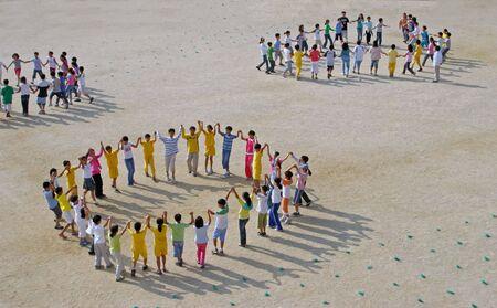 enfants qui dansent: Les �l�ves de l'�cole de danse dans la cour d'�cole